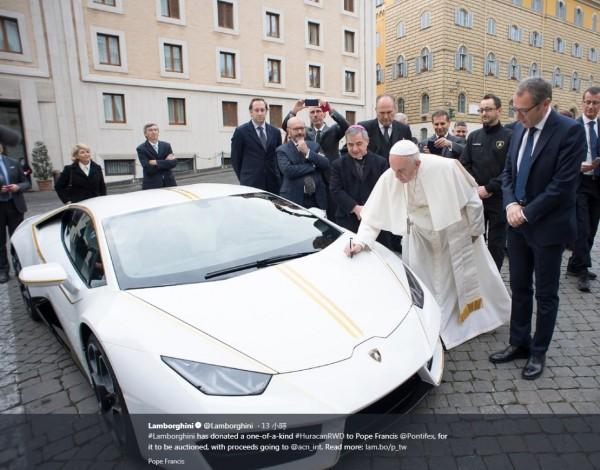 教宗方濟各昨(15)在梵諦岡收到超級跑車製造商,藍寶堅尼贈送的一台白色藍寶堅尼颶風(Lamborghini Huracan)跑車,教宗僅在車頂蓋上簽字後,就將跑車轉交蘇富比拍賣,收益將捐給慈善團體。(圖片擷自藍寶堅尼推特)