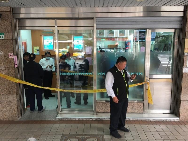 台北市北安路板信商業銀行大直分行遭持槍匪徒搶劫案,台北市警專案小組目前在桃園龍潭將涉案的54歲陳姓嫌犯逮捕,起獲部份贓款,現押解對方找尋作案槍枝中。(資料照)