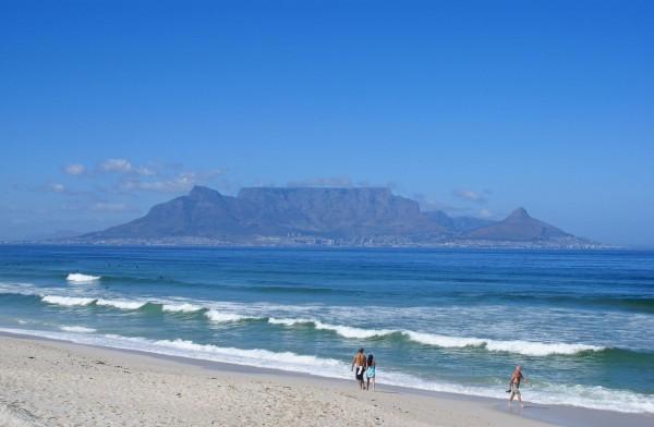 「桌山」是南非的知名景點,頂部非常平坦,有「上帝的餐桌」之稱,如今卻慘遇祝融之禍。(圖擷取自維基百科)