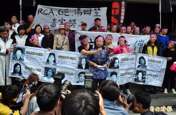 台北地方法院今日針對美國無線電公司(RCA)工傷集體求償案,判決RCA等公司應賠償5億6000多萬元,全案可上訴,員工自救會成員在法院外舉行記者會。(記者王藝菘攝)
