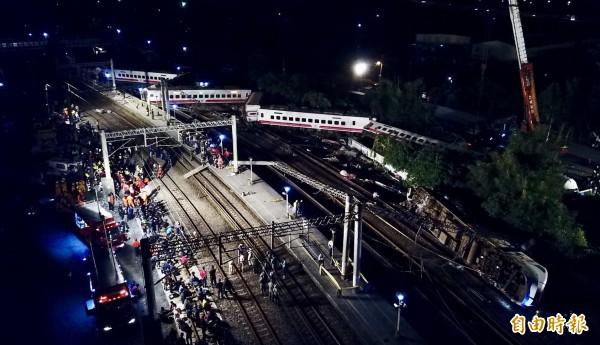 事故約5小時後,台鐵已找來吊車要將車廂吊離事故現場。(記者羅沛德攝)