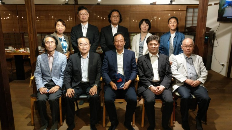 郭台銘晚間與東京大學兩岸關係研究小組用餐,嗆韓國瑜「準時到達就能賓主盡歡」。(圖擷取自郭台銘臉書)