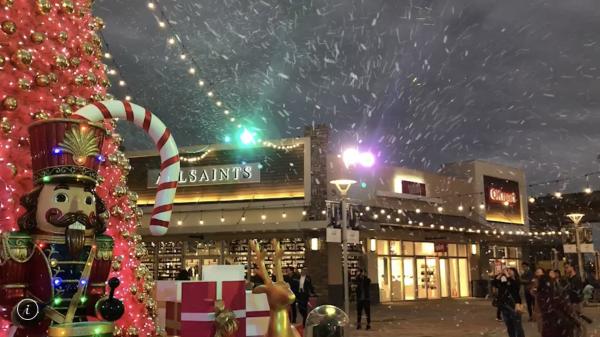 桃園華泰名品城今年耶誕下起全桃園最大的人造雪,搭配耶誕市集逛起來特別浪漫。(圖片華泰名品城提供)