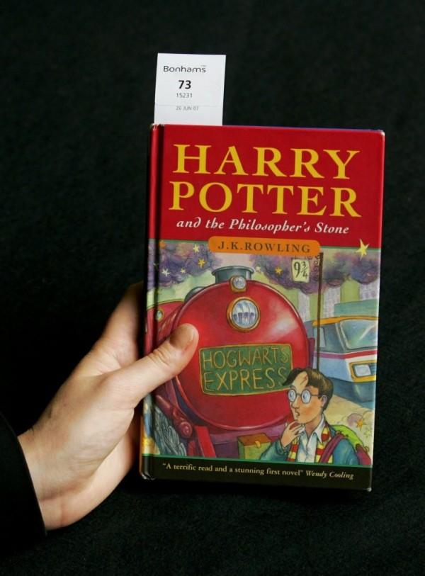 《哈利波特-神秘的魔法石》在1997年印刷的初版只有500本,這個超罕見的版本令收藏家為之瘋狂,拍賣價以5萬6250英鎊(226.4萬新台幣)落槌。(圖取自英國《都市報》)