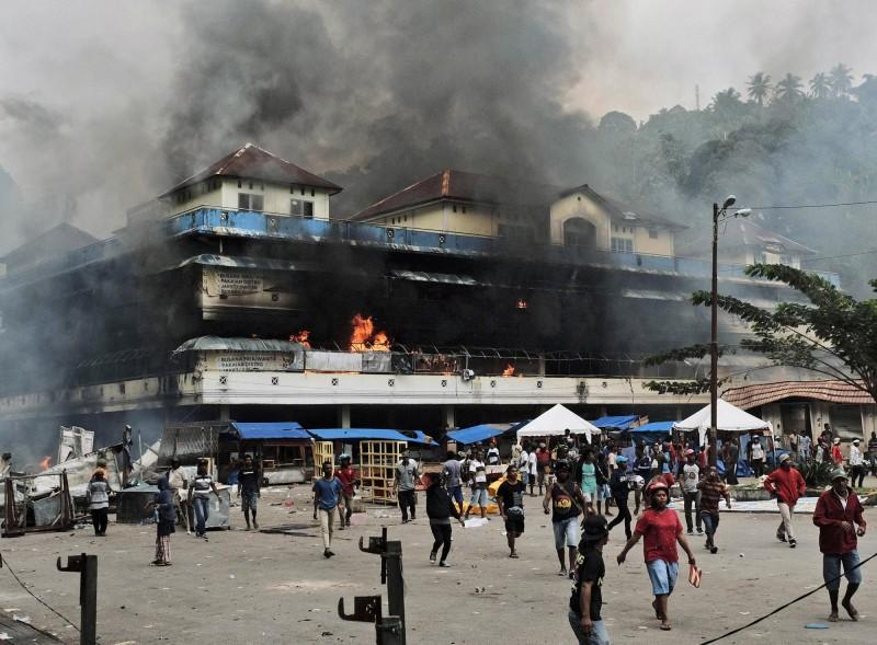 印尼西巴布亞省法克法克(Fakfak)今(21)日再爆示威衝突,有市場遭縱火,濃煙猛竄。(美聯社)
