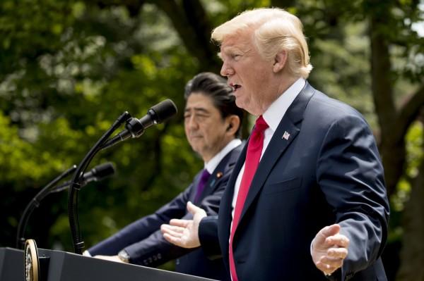 日本首相安倍晉三(左)昨(7)日與美國總統川普舉辦聯合記者會,他提到「我希望能夠與北韓當局當面溝通,以盡早為綁架案尋得出路」。(美聯社)