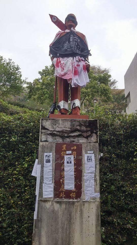 陽明的蔣公則是被黑布掩住雙眼,並批上血色白袍,再現當時的風聲鶴唳。(照片截自臉書)