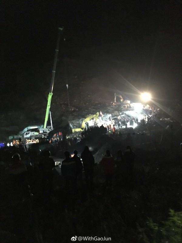 四川發生山崩,大約仍有7人被掩埋在廢墟中,搜救人員通過喊話等方式,確定廢墟下有不明數量的人員仍有生命跡象,目前正持續搜救。(圖取自微博)