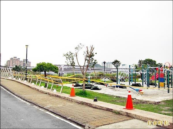 發生電擊意外後,遊戲區旁的地燈都以白色塑膠桶罩起來。(資料照)