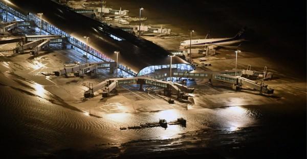 日本關西國際機場今(4)日晚間傳出淹水災情,圖中能見空橋四周都是積水。(美聯社)