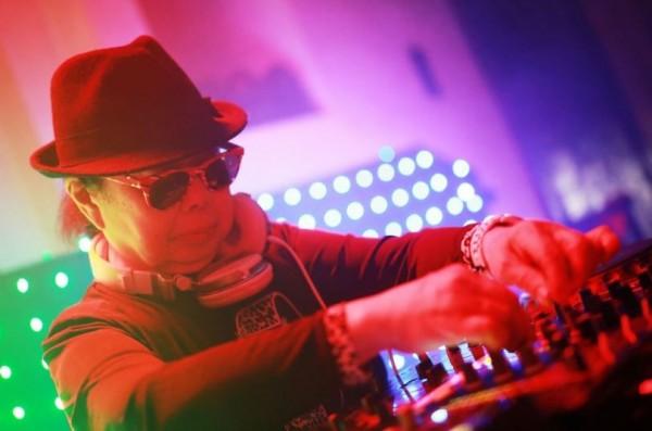 年過80的岩室純子在東京新宿夜店工作,是目前日本年紀最大的DJ。(圖擷自推特)