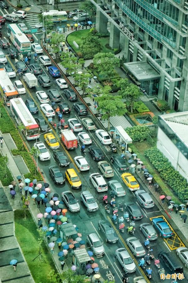 台北市10日因應瑪莉亞颱風來襲,宣布下午4點停班停課,內湖科學園區提早湧出下班車潮,造成大壅塞。(記者鹿俊為攝)