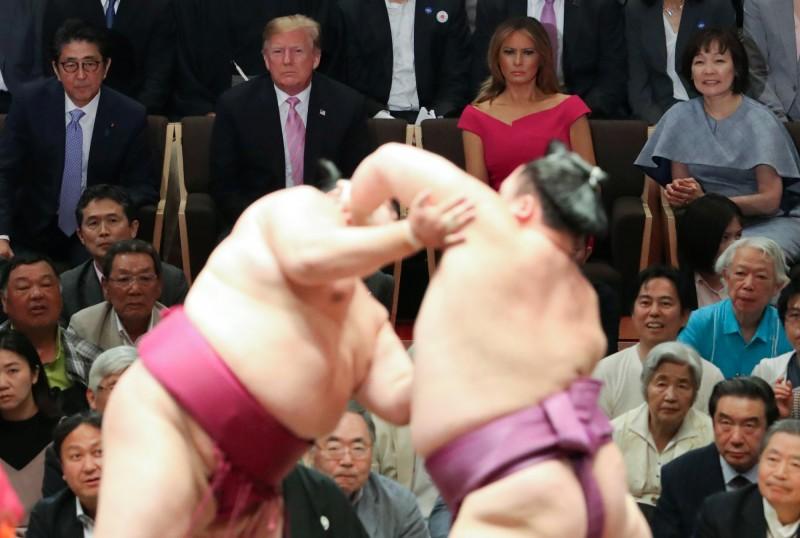 美國總統川普26日下午前往兩國國技館觀看大相撲夏季賽事最後一天的比賽「千秋樂」,是首位觀看大相撲賽的現任美國總統。(路透)