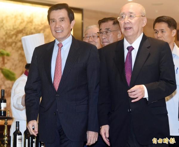 台北地檢署今起訴三中交易等國民黨黨產案,前總統馬英九(圖前左)被依違反證券交易法等罪起訴。圖右前為前國民黨主席吳伯雄。(資料照)