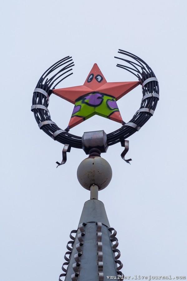 一個蘇聯時期的紅星紀念碑偷偷粉刷成了海綿寶寶裡的角色「派大星」,引發討論。(圖擷自《vmulder.livejournal.com》)
