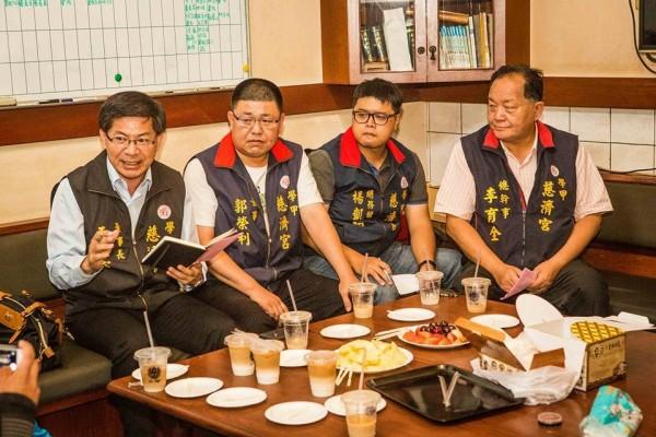 王文宗(左一)是中華統一促進黨黨員、白狼愛將。(圖擷自「捍衛信仰守護香火大聯盟」臉書)