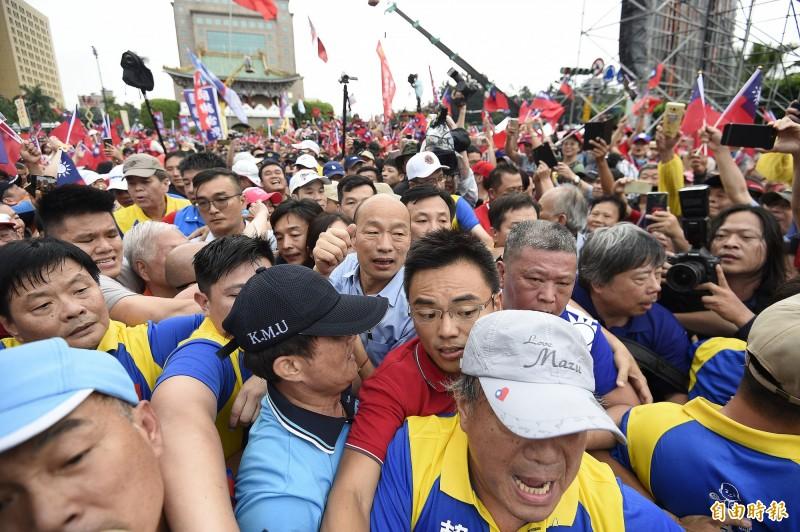 「決戰2020-贏回台灣」造勢大會在凱道登場,高雄市長韓國瑜(中)大進場,韓國瑜親衛隊在前強勢開道,許多民眾因此跌倒在地。(記者陳志曲攝)