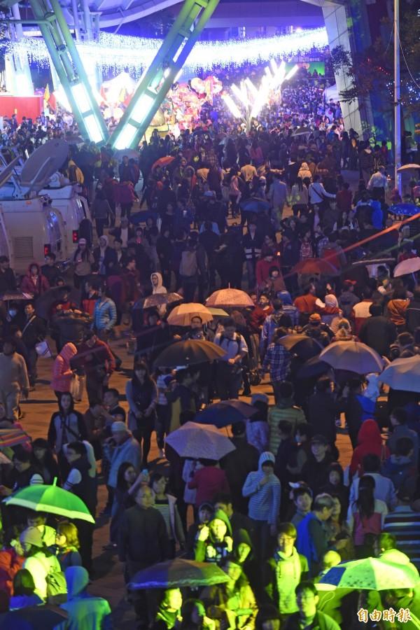 花博公園圓山園區金喜羊主燈27日正式點燈,吸引滿場民眾參觀。(記者劉信德攝)