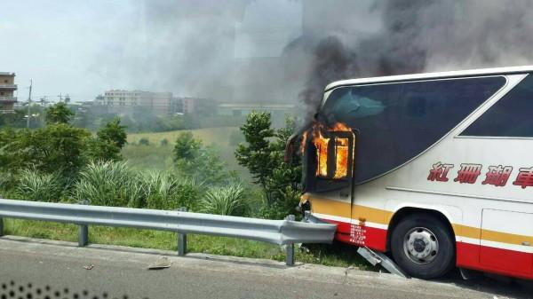 國道2號西向3公里處大園路段發生遊覽車火燒車意外。(讀者提供)