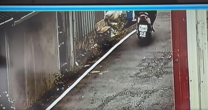 一名機車騎士行經水溝時,將一個白色布袋隨手丟棄,沒想到袋內竟是6隻小狗,如此惡劣行徑實在令人髮指。(圖片擷取自臉書)