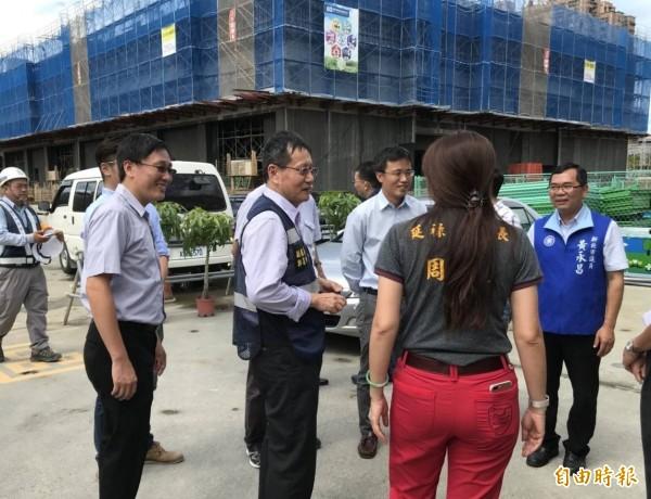 新北市議員黃永昌(右)向台電反映施工噪音問題。(記者邱書昱攝)