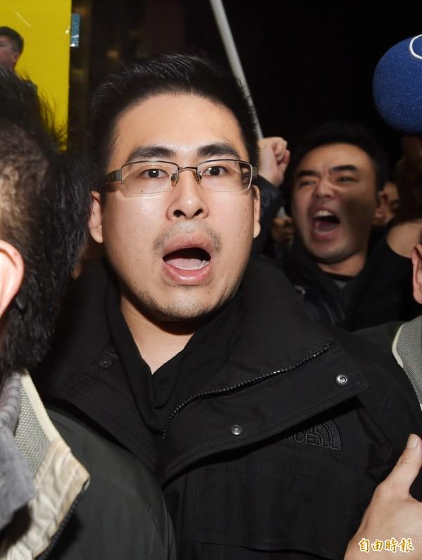 新黨青年委員會主席王炳忠坦言很害怕,當時還穿著睡衣。(記者方賓照攝)