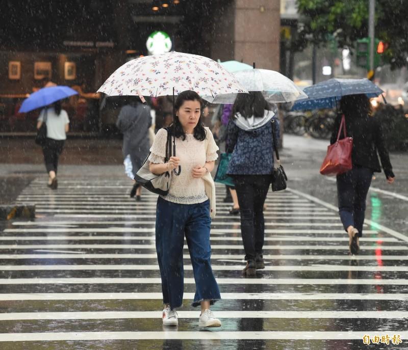 由於鋒面逐漸接近,明天(27日)各地降雨機率提升,午後易有明顯的雨勢。(資料照)