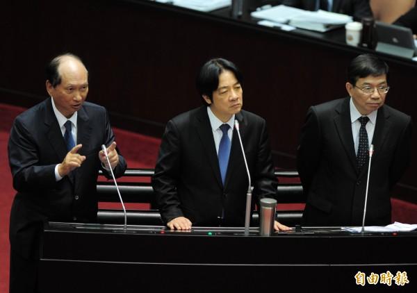 立法院院會,行政院長賴清德(中)與交通部次長王國材(右)、工程會主委吳澤成(左)出席並備詢。(記者王藝菘攝)
