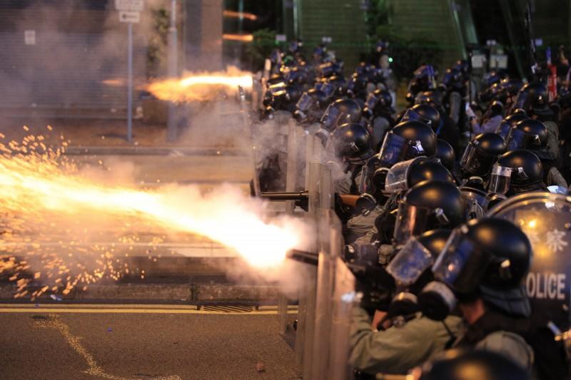 警方發射大量催淚彈,並且疑似使用橡膠子彈、海綿彈等彈種進行清場。(美聯社)