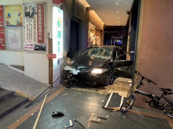 黑色轎車今天傍晚撞進南京東路、敦化北路口小巨蛋對面騎樓,撞死3個人。(記者鄭景議翻攝)