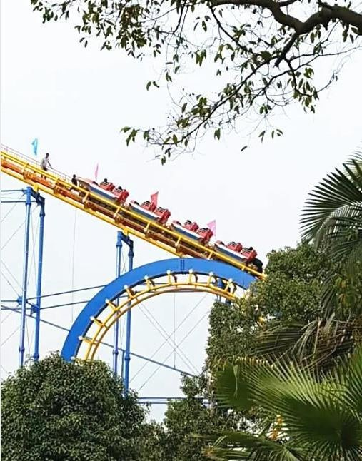 中國廣西「雀山歡樂園」日前發生離奇事件,正在運行中的雲霄飛車突然在半空中急停。(圖擷取自《新浪新聞》)