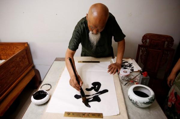 為了拉近與傳統文化的距離,中國出現「復古」文化圈,民眾利用業餘時間,聚集練習寫書法、寫繁體字。(路透)