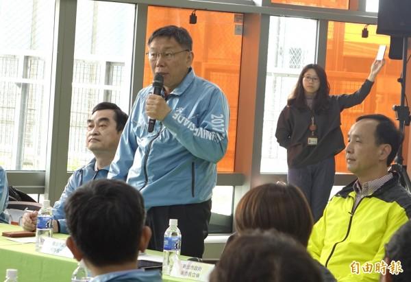台北市長柯文哲(右二)、新北市長朱立倫(右一)出席「新北合作雙流平台」第3次市長成績會議。(記者王藝菘攝)