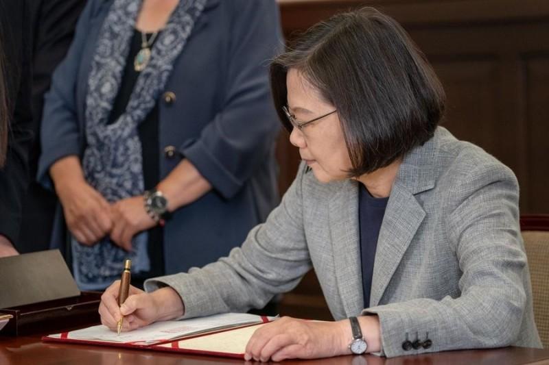 從文中的照片可見,撫摸貓的那隻手上的錶帶與總統長年配戴的手錶相當神似。(圖擷取自臉書_蔡英文 Tsai Ing-wen)