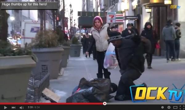 第一個對男孩伸出援手的男子,竟然是一名無家可歸的街友。(圖片擷取自OCKTV)
