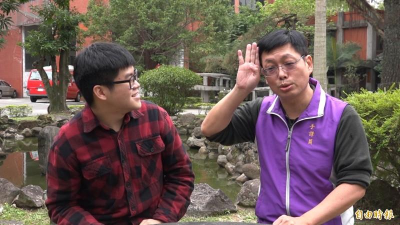 時下流行語也難不倒手語翻譯員李振輝,觀眾朋友們快學起來!(記者余家緯攝)