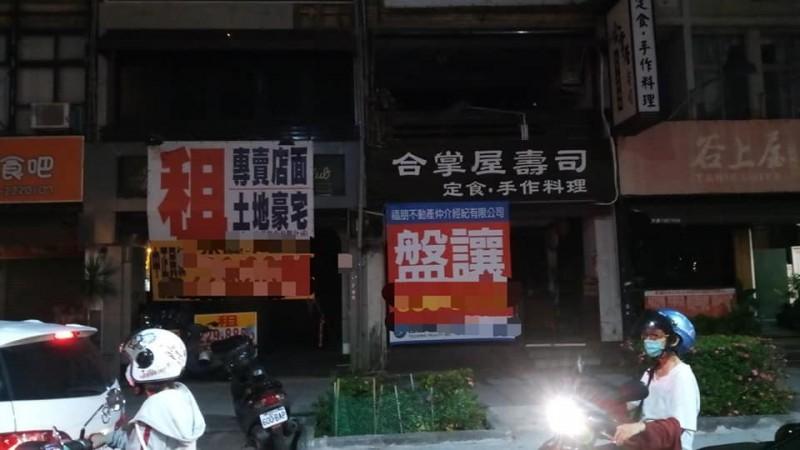 粉專指出,高雄許多店面已人去樓空,僅剩招租廣告。(擷取自「Takau 打狗幫」)