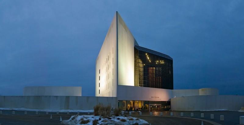 甘迺迪總統圖書館以混凝土成線雕塑感,建物造型相當前衛。(圖擷自維基)