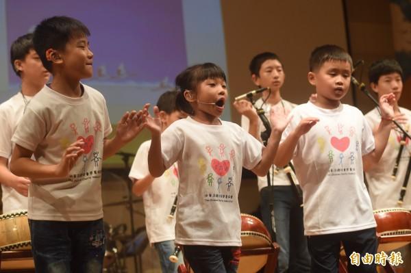 配戴助聽器或電子耳的中重度聽力障礙的小朋友,絲毫不害怕,表演給台下觀眾聽。(記者簡榮豐攝)
