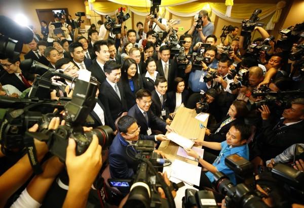 泰愛國黨黨魁伊布查普,到選委會登記烏汶叻公主為總理人選。(歐新社)