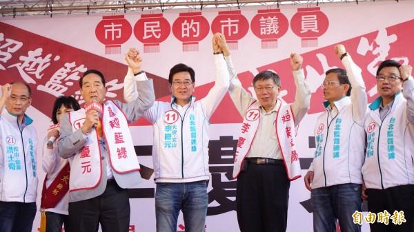 台北市長柯文哲及親民黨主席宋楚瑜2人,4日聯袂出席台北市議員參選人李慶元競選總部成立,並為台北監督連線成員加油造勢。(資料照)