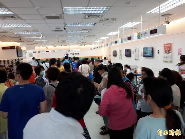 中華電信推出全民499元上網吃到飽方案後,引發排隊搶辦人潮。圖為新竹地區各門市擠滿人潮,號碼機抽到沒紙,平均每人要等100號到300號間。(記者洪美秀攝)