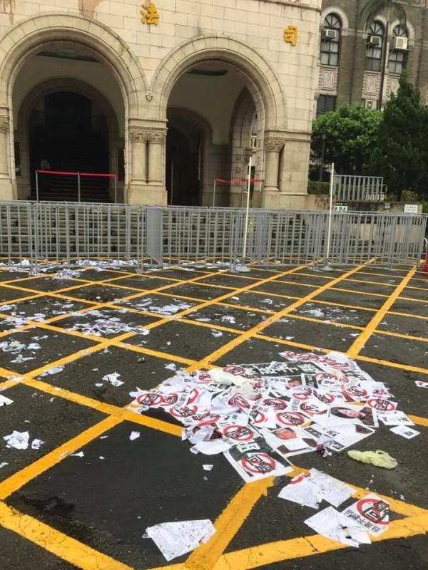 司法院前昨日聚集了大批反同的抗議群眾,並且留下滿地垃圾。(網友提供)