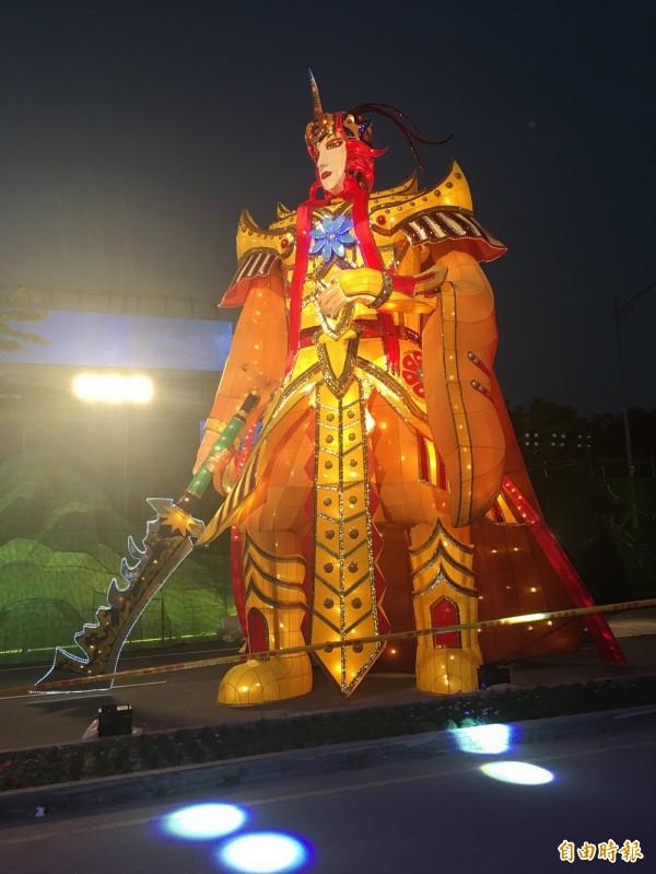 8米高的巨型戲偶--羅喉點燈後有戲迷覺得他更帥了。(記者黃淑莉攝)