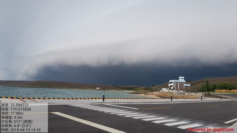 澎湖西嶼出現壯闊的灘雲,如海嘯般襲捲天際。(網友Lee Peggy獨家授權本報使用)