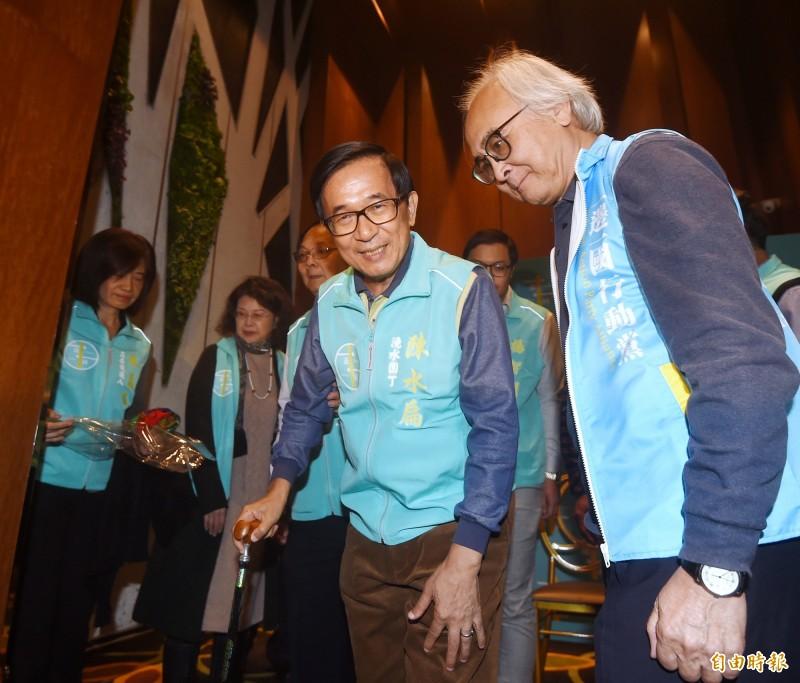前總統陳水扁(中)8日出席一邊一國行動黨不分區立委參選人媒體見面會,他預言,民進黨這次將在總統大選中領先超過百萬票,立委席次也將過半。(記者方賓照攝)