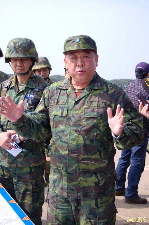 陸軍退役中將吳斯懷(前)。(資料照,記者黃美珠攝)