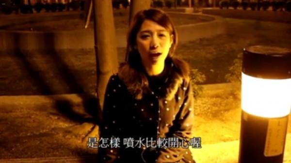 正妹瑄瑄用搞笑口吻,在影片中向男性朋友嗆聲,列出「超討厭男生的一些房事行為」。(圖擷取自「在不瘋狂就等死」粉絲團)