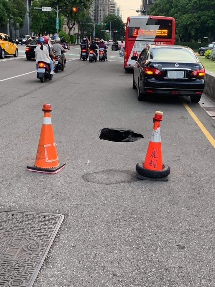 事故現場已擺放交通錐,提醒民眾路過多注意。(民眾提供)