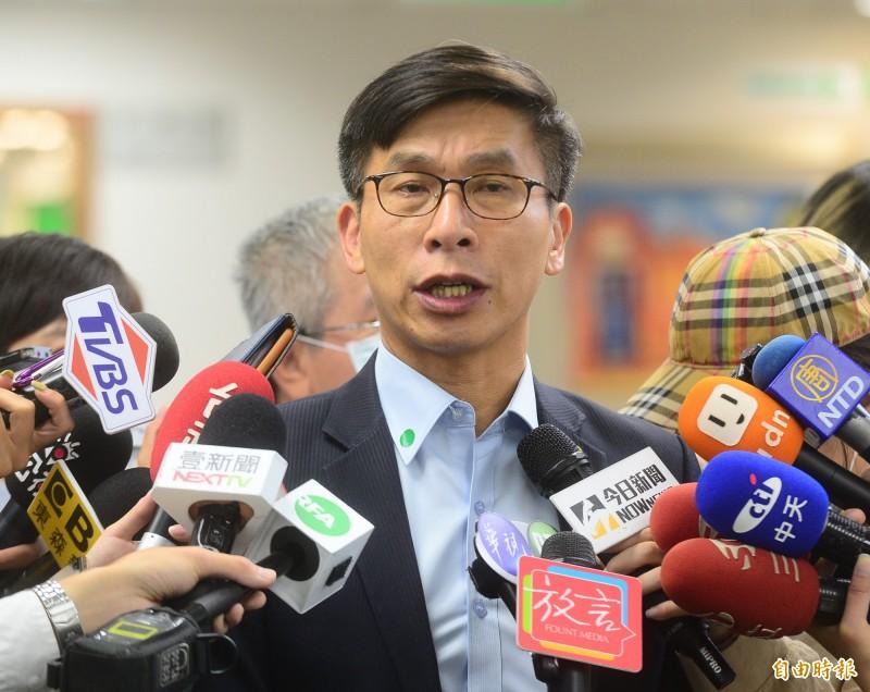 民進黨中常會前,中常委鍾佳濱受訪。(記者王藝菘攝)